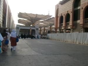 siap2 memasuki area masjid nabawi di madinah